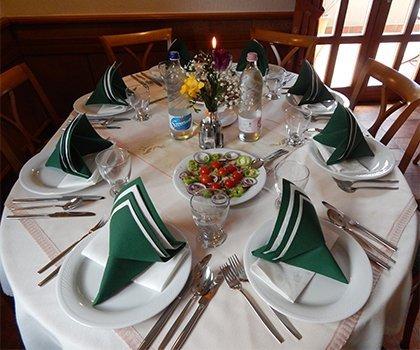 Vadászkürt Étterem asztal